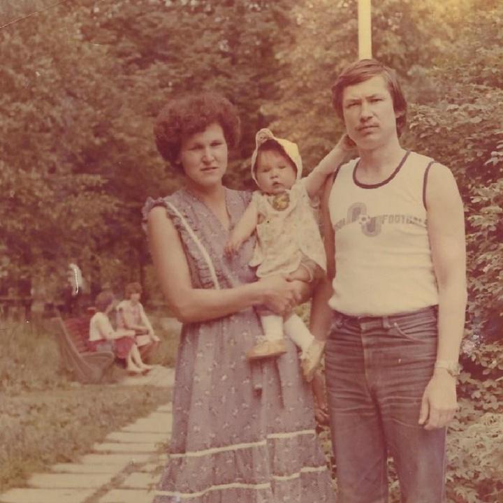 Родители с маленькой Аллой на отдыхе