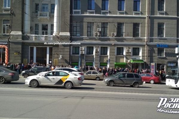 Огромная очередь выстроилась в центре города