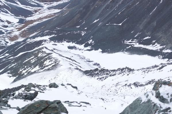 Сейчас на месте поисков сохраняется лавиноопасная обстановка