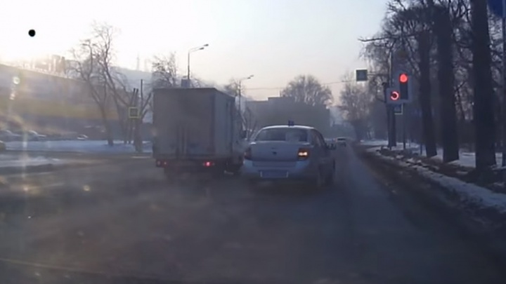 Машина Росгвардии без спецсигналов промчалась на красный по Свердловской