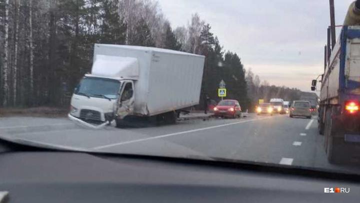 На Свердловской трассе иномарка врезалась в грузовик с игрушками