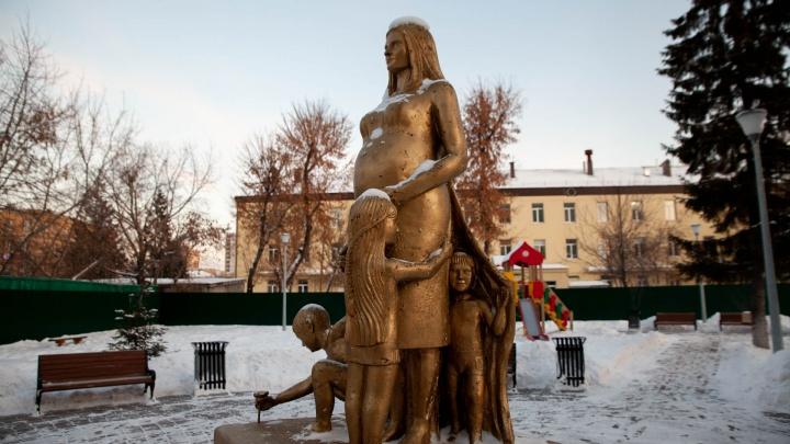 Монумент «Мама» попал под обстрел? Тюменские чиновники рассказали о судьбе облезшей композиции
