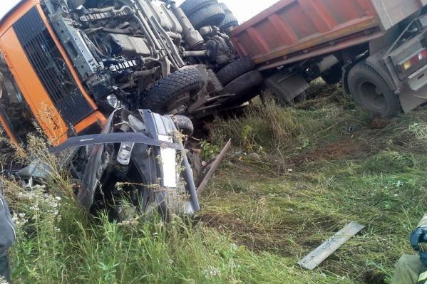 Спасатели достали тела погибших из раскуроченного авто