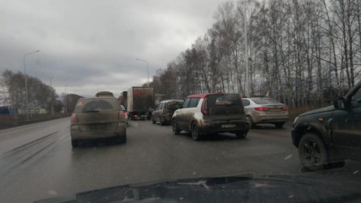 «Изуродовали дорогу»: из-за установленных в выходные шумовых полос Полевской тракт замер в пробках