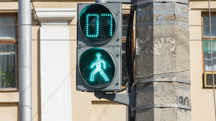 «Подрезают и сигналят друг другу»: неработающий светофор парализовал перекрёсток в центре Волгограда