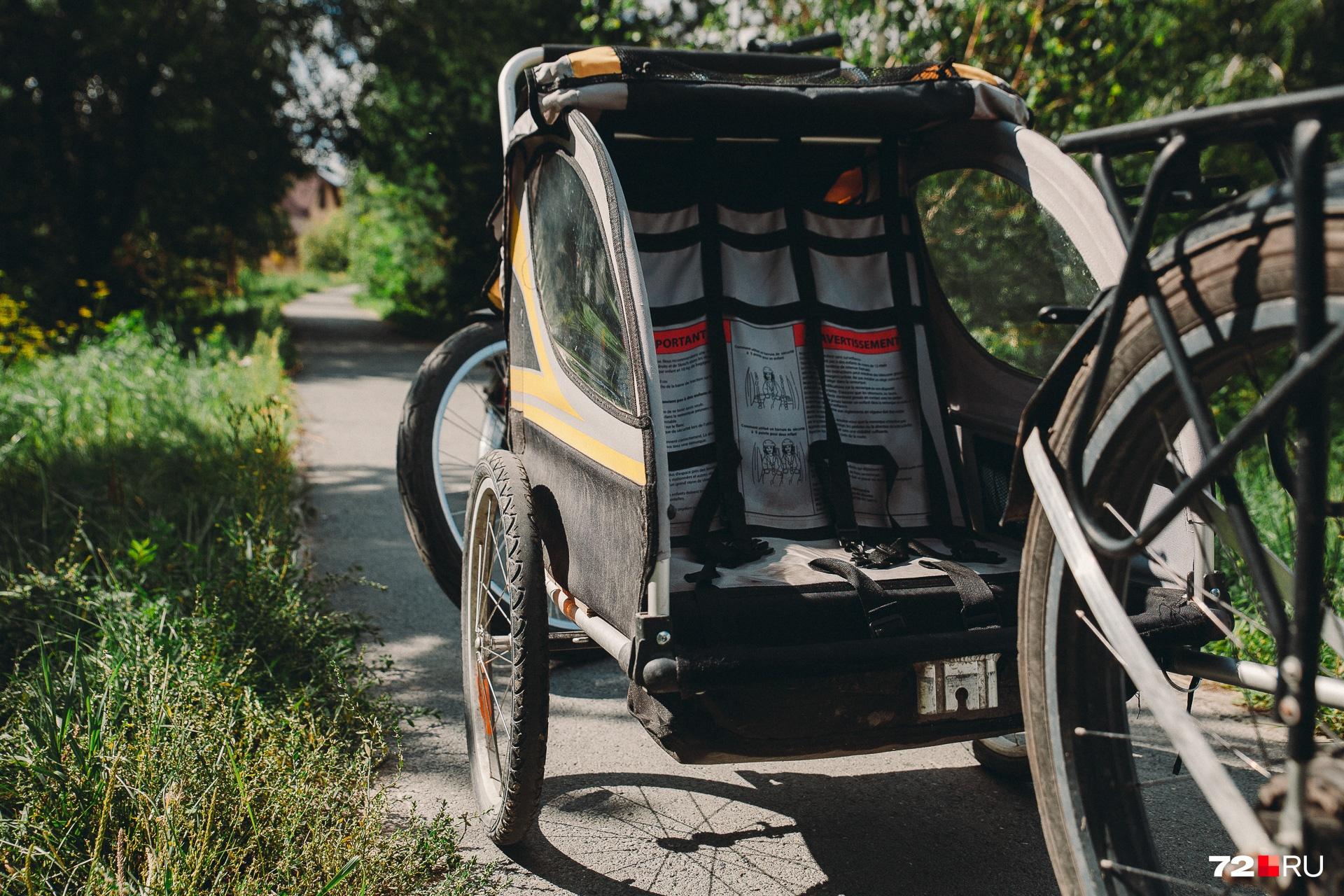 Тележка для перевозки дочки и сына. Внутри— ремни безопасности, снаружи— защитный навес от осадков и пыли