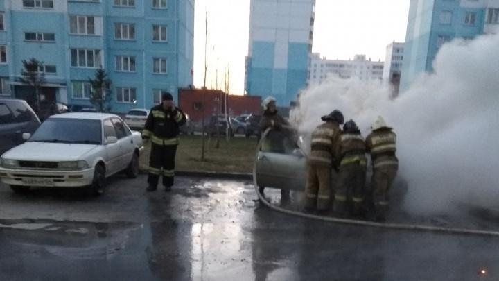 Во дворе десятиэтажки вспыхнула Toyota Mark II: огонь перекинулся на соседнюю машину