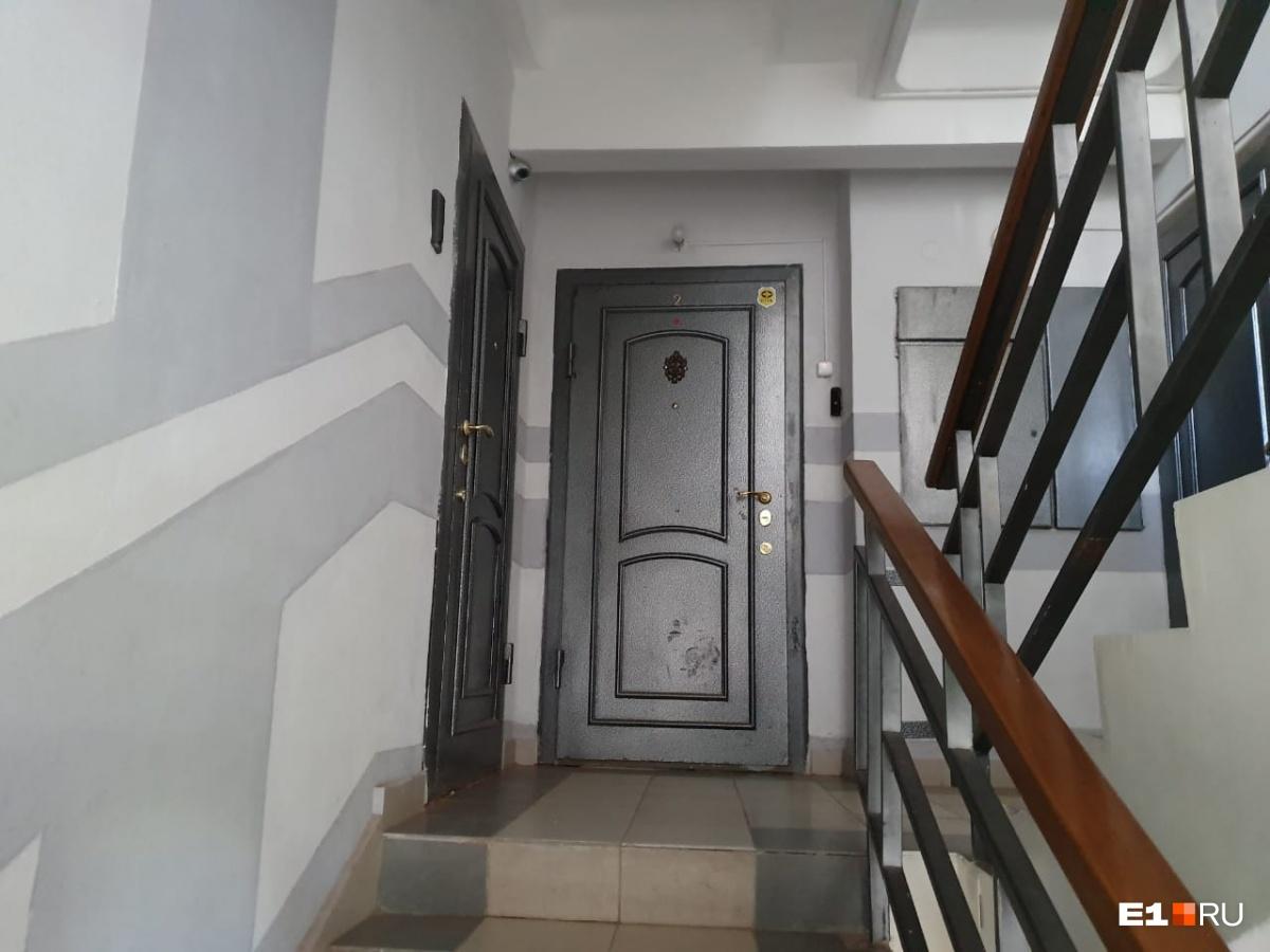Две квартиры находятся рядом на лестничной клетке, в той, что справа, живет семья Савиновых, но внутри квартиры объединены