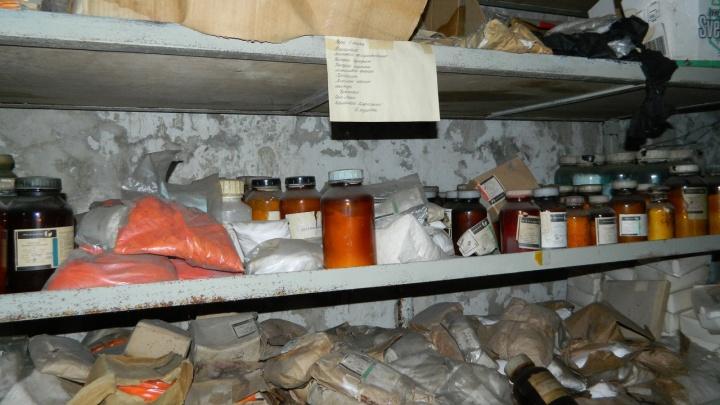 Волгоградские сталкеры нашли в подземельях Тракторного завода склад с химикатами