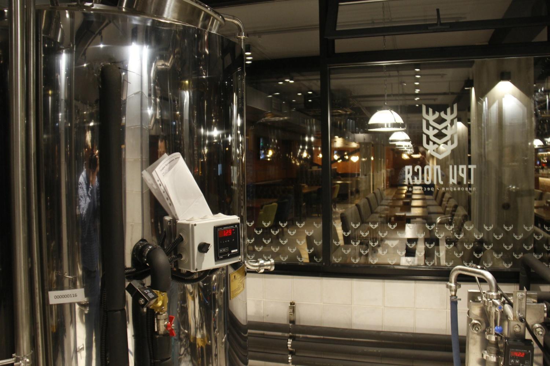 Прямо в зале, за стеклом, размещена большая пивоварня