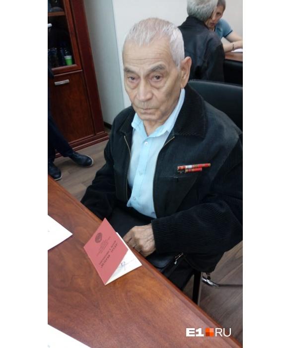 Это Бекмачев Иван Михайлович, ветеран труда, железнодорожник, если вы находили его медаль, свяжитесь с редакцией E1.RU. Он очень переживает