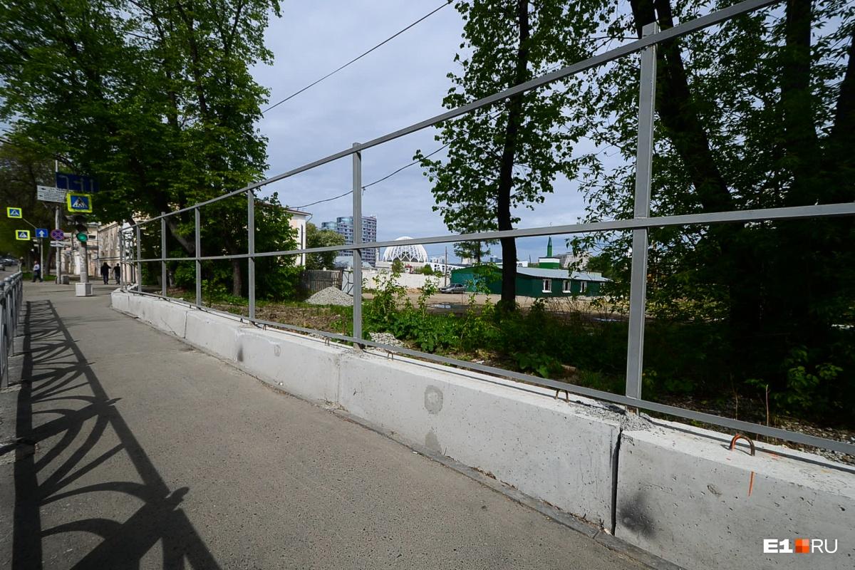 Участок под строительство арены оградили забором