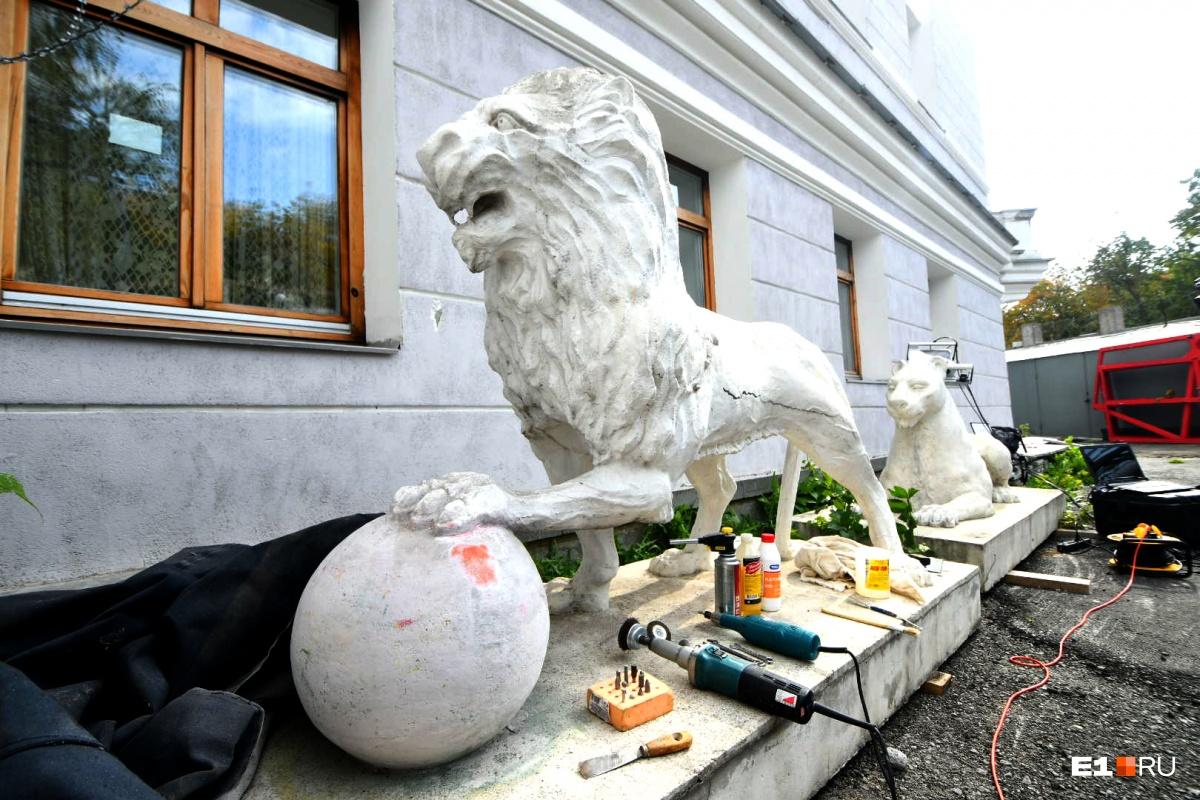 Львы скрыты от глаз горожан на заднем дворе театра