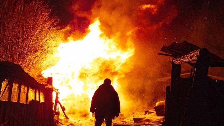 Хозяин выскочил на улицу в горящей одежде: в пожаре на Пышминской сгорела баня