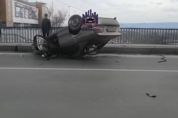 Машина лихача перевернулась после столкновения