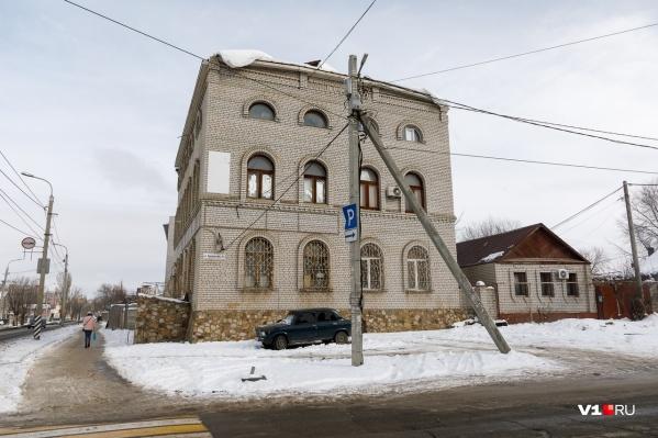 Кирпичный трехэтажный дом признали самостроем