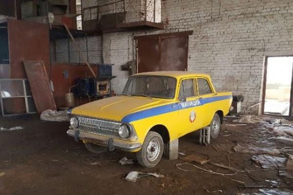 Злоумышленники не пощадили ни американский «Виллис», ни милицейский автомобиль времен СССР