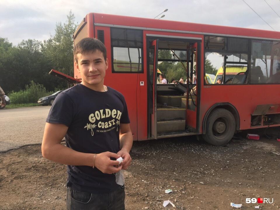 Данил помогал пострадавшим выбраться из автобуса и порезал палец
