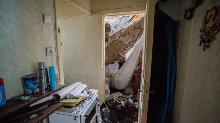 В доме на Шевцовой рухнула крыша — доставать жильцов пришлось через чердак