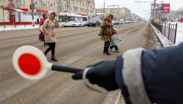 В Волгограде девятилетний школьник попал под колёса микроавтобуса — ребёнок в больнице