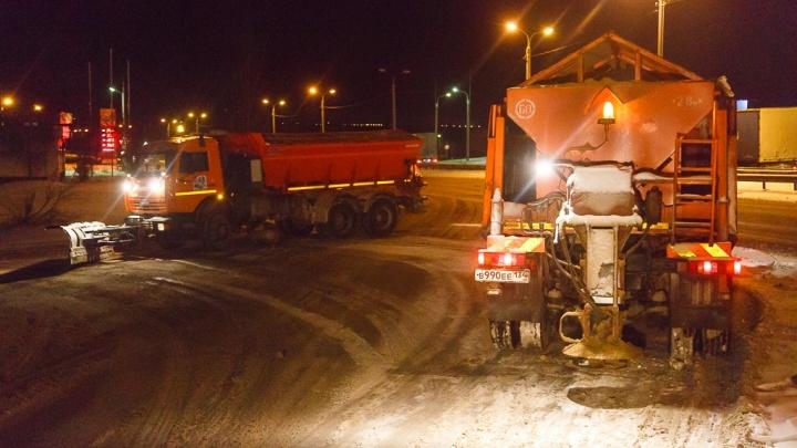 В Волгограде 70 коммунальных машин высыпали на дороги по 25 тонн песка и соли