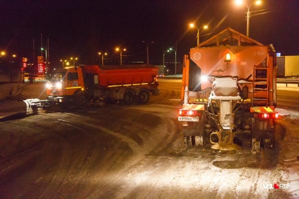 Коммунальщики активно убирают снег с проезжей части