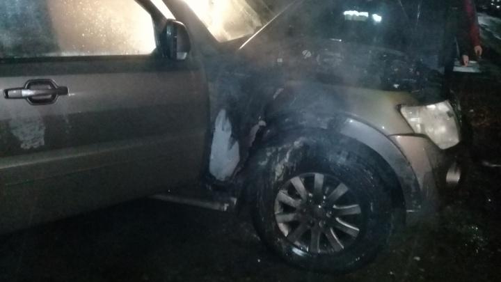 Сразу в двух крупных районах Ярославля ночью горели машины
