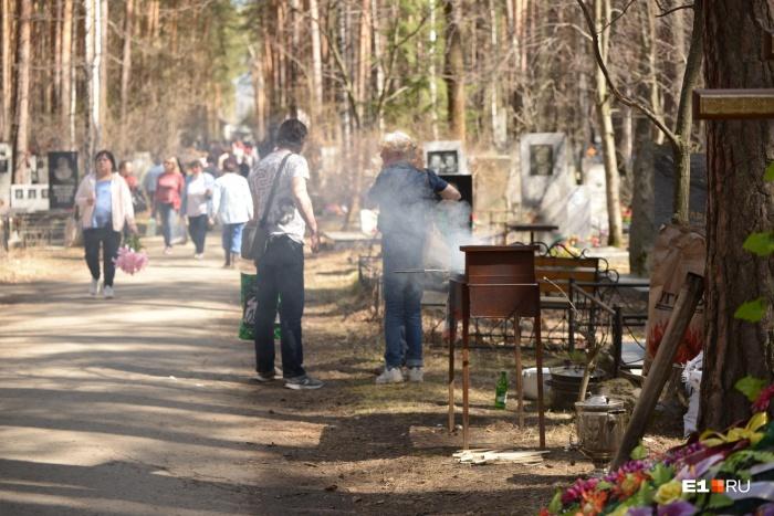 На Широкореченском кладбище жарят шашлык