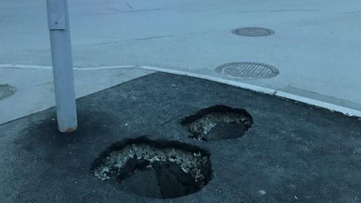 «Молодцы, залатали!»: на улице Белинского после ремонта провалился свежий асфальт