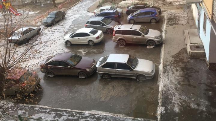 """""""Воды по колено"""": рано утром на Эльмаше затопило перекрёсток"""