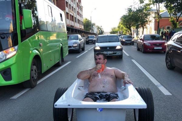Тележку для ванны видеоблогер сделал вместе с друзьями в автосервисе