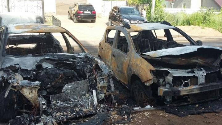 В Башкирии ночью дотла сгорели две иномарки