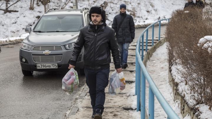 «Они даже у себя не убирают!»: волгоградцы завалили мусором офис нового регионального оператора