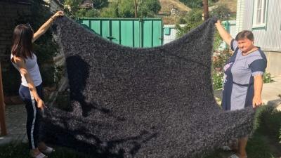 Мастерица из Урюпинска связала гигантский пуховый платок