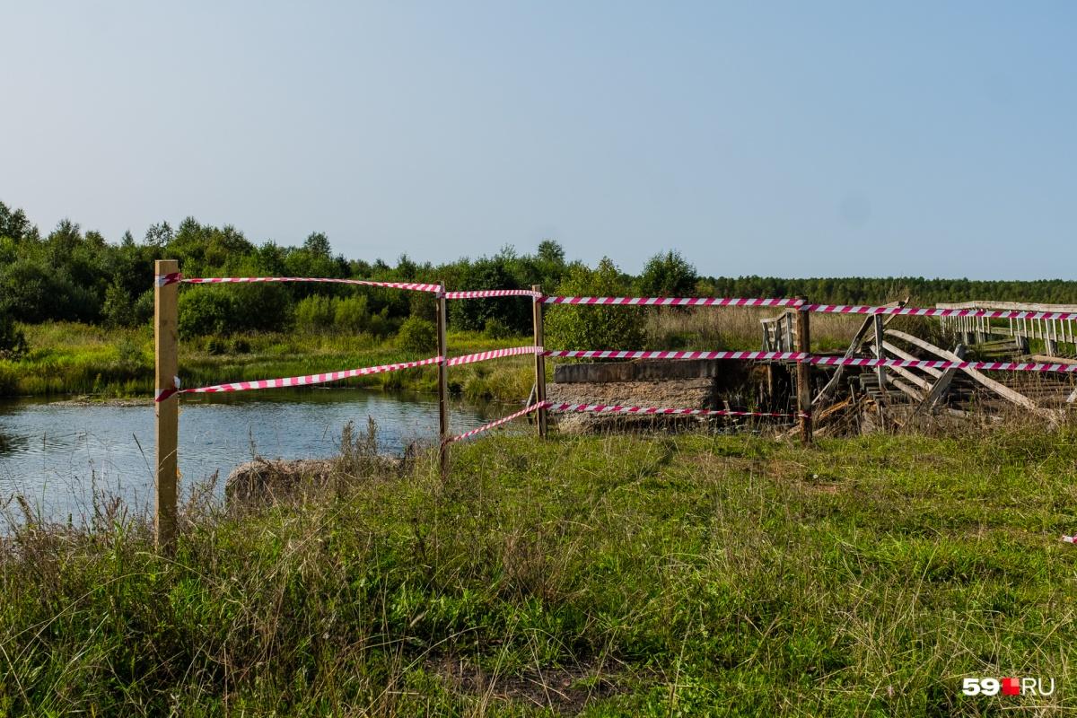 К празднику разрушенный мост огородили лентами