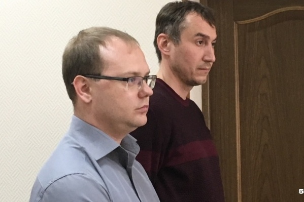 На фото экс-директор УК «Гарант» Алексей Рямов (слева) и его подчиненный — инженер Константин Ветров в зале суда