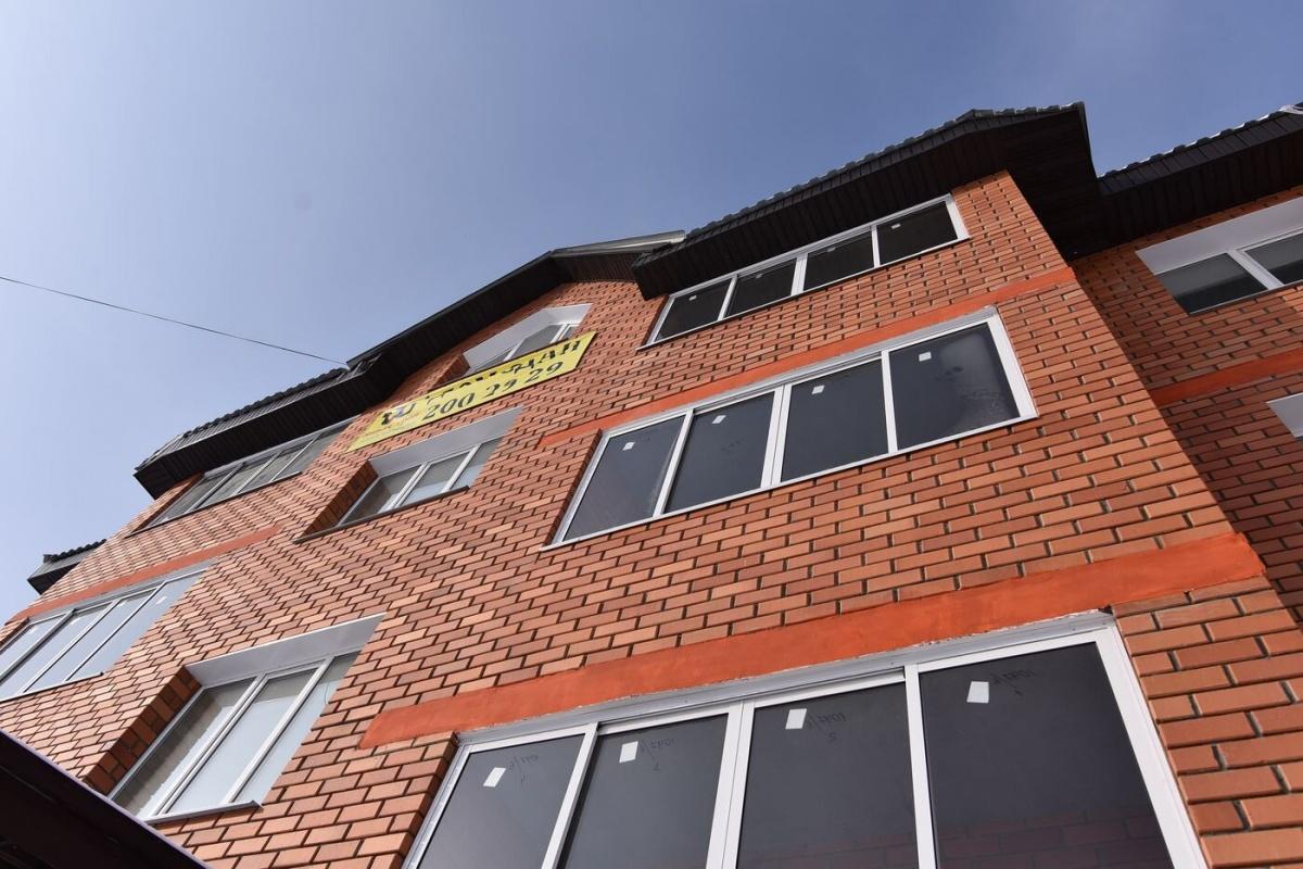 Фасад дома — сплошная кирпичная кладка. Каркас — монолитная плита, а в целом эта новостройка на 50–60% состоит из кирпича