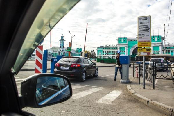 Въезд на парковку со стороны улицы Ленина