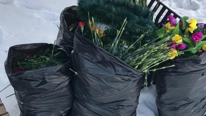 «Такая вот память!»: цветы и венкис мемориала «Черный тюльпан» тайком выбросили в мусорные баки