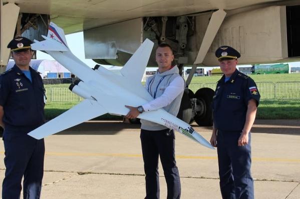 На Международный авиационно-космический салон МАКС школьники привели первую в мире модель Ту-160
