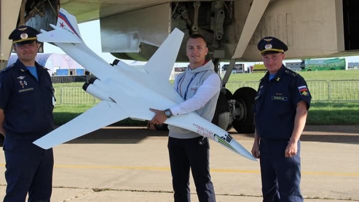 На авиасалоне МАКС пилоты устроили селфи с моделью бомбардировщика челябинских школьников