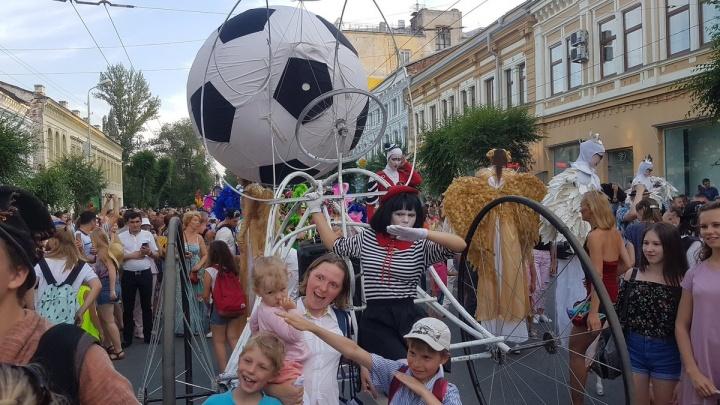 Кареты, дамы в перьях и барабаны: в Самаре стартовал бразильский карнавал на улице Куйбышева