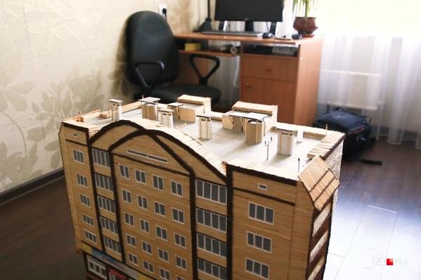 Ещё этаж, и дом бы достиг высоты компьютерного стола