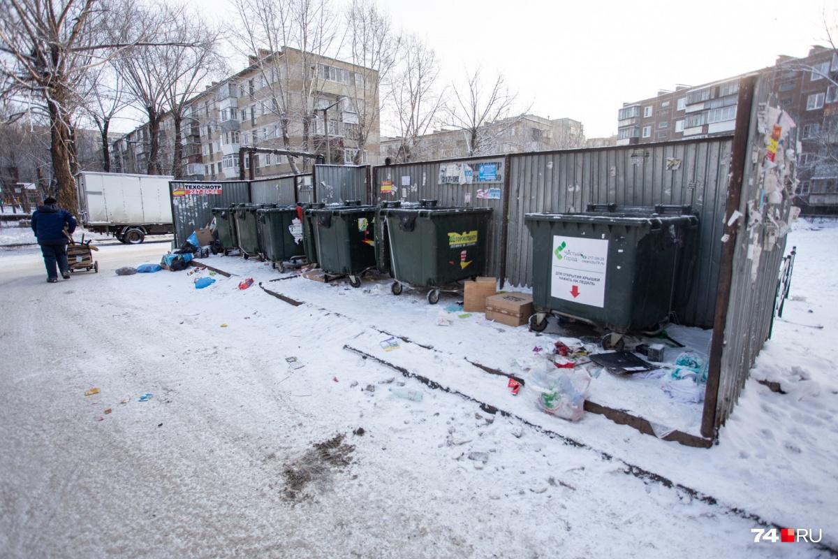 Металлические контейнеры во дворах массово меняют на пластиковые. Правда, где-то они уже начинают гореть