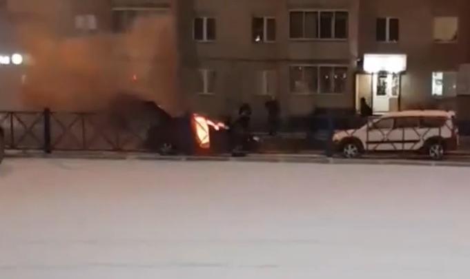 Пошёл дым, а потом она вспыхнула: на парковке у супермаркета сгорела машина