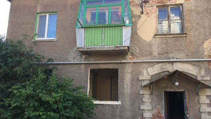 «Это демонтаж моей жизни»: в Екатеринбурге через суд выселяют женщину из аварийного дома