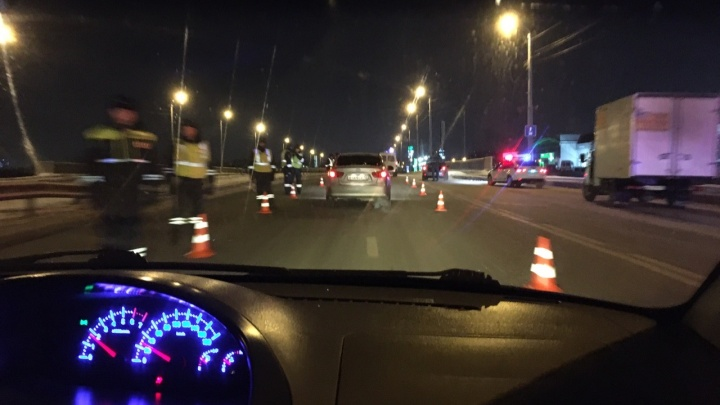 В Тюмени на Профсоюзном мосту, где проводили сплошную проверку ГИБДД, образовалась огромная пробка