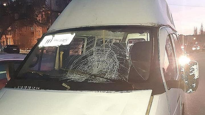 В Уфе 30-летний пешеход попал под колеса маршрутки, его доставили в больницу