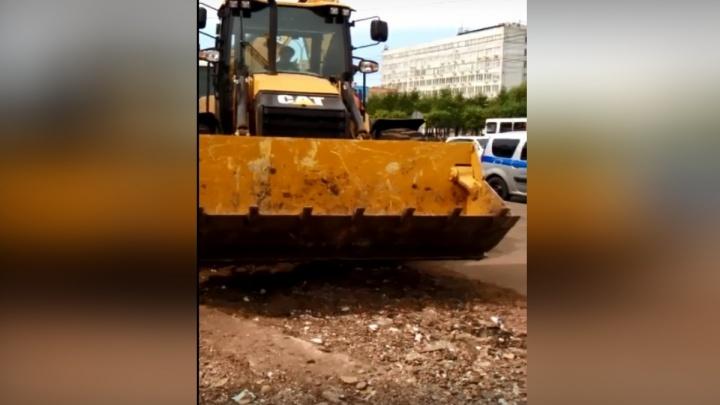 Владельцы павильонов у ТЦ «Красноярье» отбиваются от техники для сноса