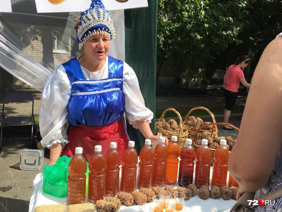 Это сбитень — напиток на основе мёда, имбиря, специй и трав. За поллитровую бутылку просят 200 рублей